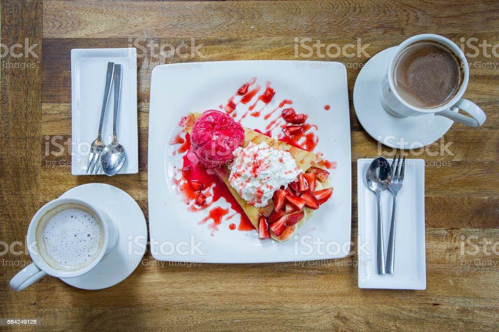 Nachspeise Eis Erdbeer Crepe und heißes Getränk im Café Lizenzfreies stock-foto