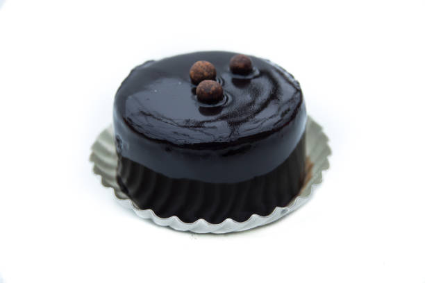 dessert - süße kuchen mit schokolade, isoliert auf weißem hintergrund - weihnachtsmannhüte aus erdbeeren stock-fotos und bilder