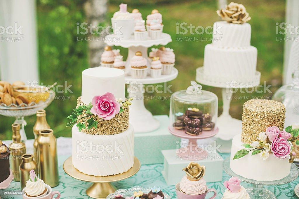 Mesa de sobremesas com muito bolos e biscoitos - foto de acervo