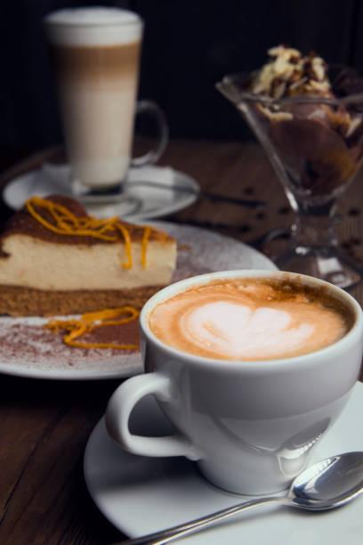 dessert-zeit - hausgemachte hochzeitstorten stock-fotos und bilder