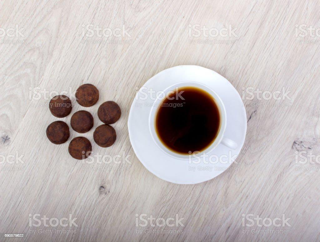 cacau de trufa de sobremesa e café - foto de acervo