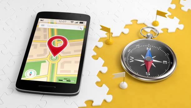 für einen kurztrip via handy - kompass wanderkarte stock-fotos und bilder