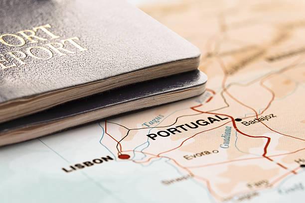 destino de portugal. dois passaportes no mapa. conceito de viagem. - portugal map imagens e fotografias de stock