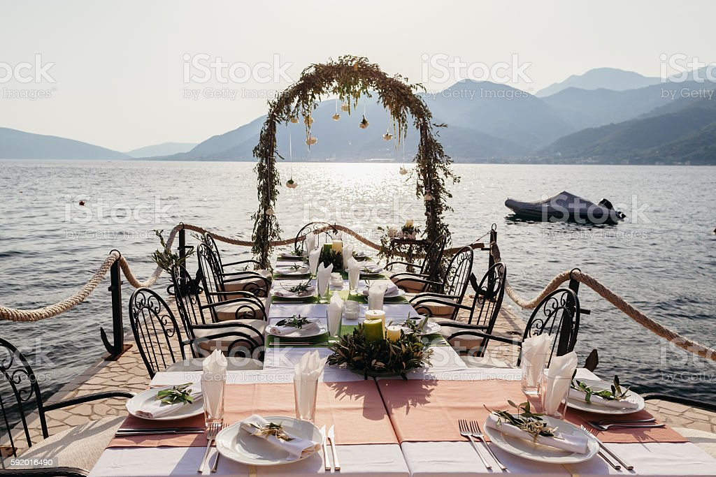 destination wedding arch and banqouet covered table at sunset – Foto