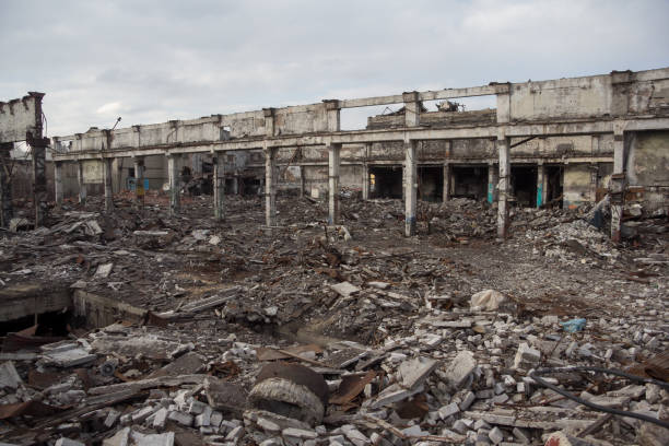 zerstörte industriebauten, eignet sich als abriss, krieg, bombe, terroranschlag, erdbeben oder andere naturkatastrophen-konzept - betonwerkstein stock-fotos und bilder