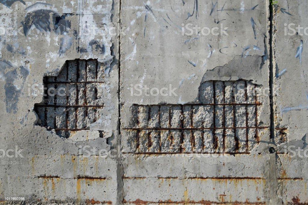 Destruindo o muro de concreto armado. cair de gesso - foto de acervo