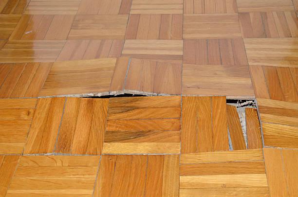 distruzione di parquet in appartamento - danneggiato foto e immagini stock
