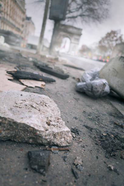 Destruction sur les champs-Elysées après des manifestations violentes à Paris, France - Photo