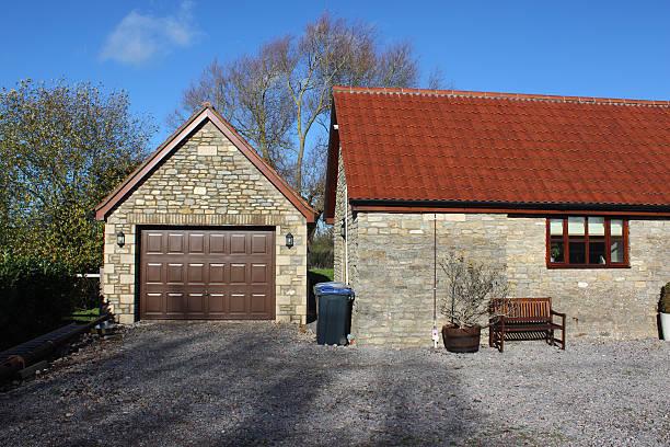 mittlerweile garage gebäude, barn umstellung house/bungalow, umgebauten stallungen/wheelie-bins - mülltonnenhäuschen stock-fotos und bilder