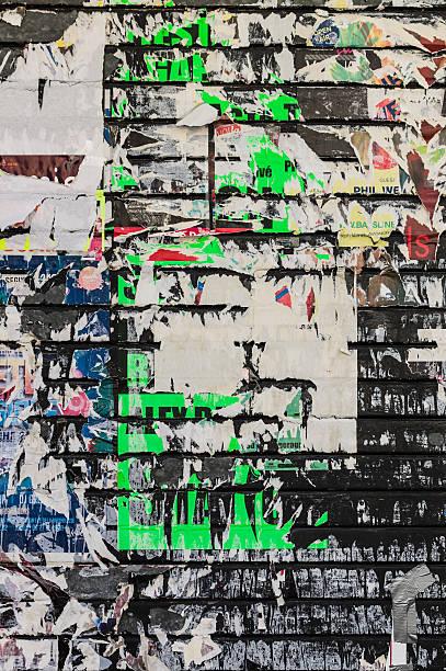 Mittlerweile poster auf einem bemalten Wand – Foto