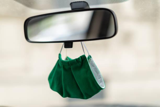 detail mond neus masker onder spiegel van taxi auto - mirror mask stockfoto's en -beelden