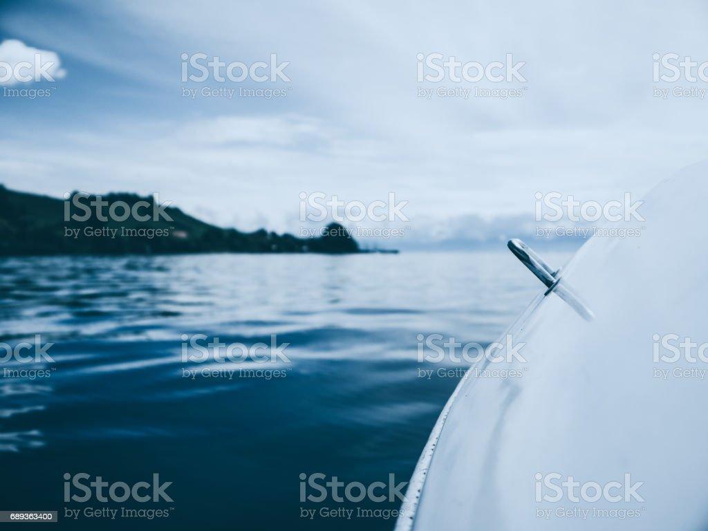 Detail eines Bootes und kleine Wellen auf dem Bodensee, Deutschland – Foto