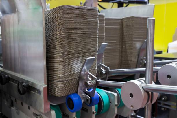 detail einer ordner-klebemaschine-maschine - box falten stock-fotos und bilder
