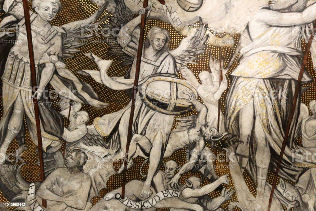 Un détail d'une fresque sur un dôme à l'intérieur de la cathédrale gothique et mudéjar de Nuestra Señora de la Huerta, montrant un chevalier luttant contre les démons avec anges, Taragona, Aragon, Espagne - Photo