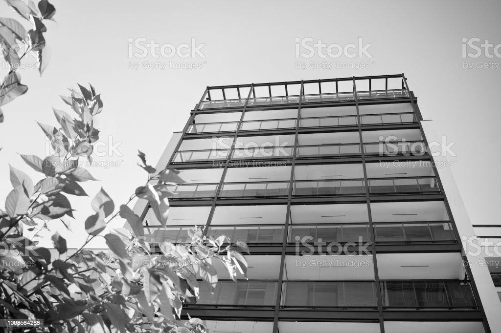 Detalhe de um novo edifício de apartamento moderno. Preto e branco. - foto de acervo