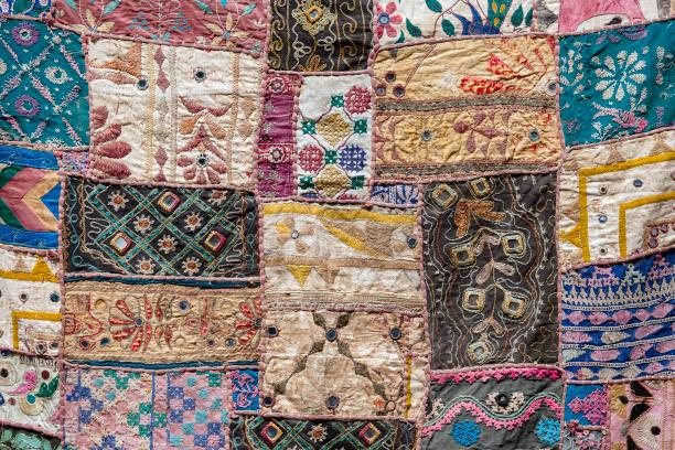 detail einer alten patchwork-teppich - patchworkstoffe stock-fotos und bilder