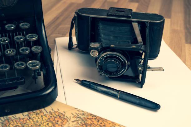 detail eines retro-desk - erzählender schreibstil stock-fotos und bilder