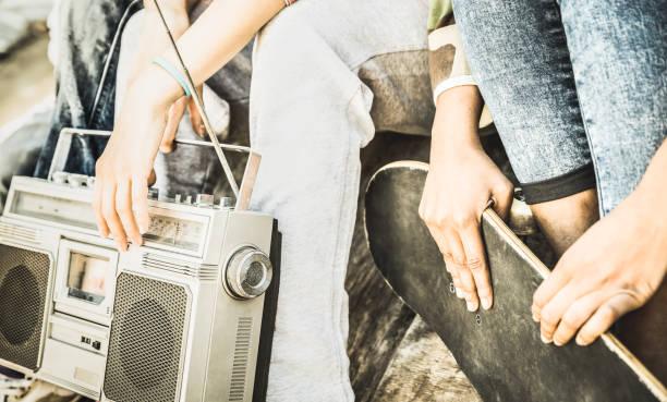 detail der alternative freunden spaß haben und zusammen hängen am skate board park - jugendkonzept freundschaft auf jugendliche mit radio und skateboard im freien - helle retro entsättigt filter - radio kultur stock-fotos und bilder
