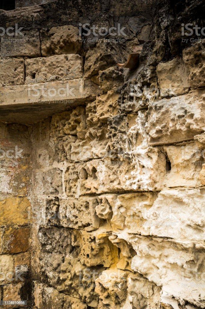 Detalhe de uma parede de pedra antiga cidade de Matera em Backgorund Blur - foto de acervo