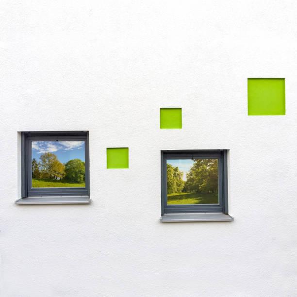 Detail einer Außenfassade, Mauerwerk mit Fenstern zum Wohnhaus – Foto