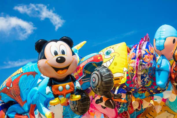 detail des ballons der beliebten cartoons - disney dekorationen stock-fotos und bilder