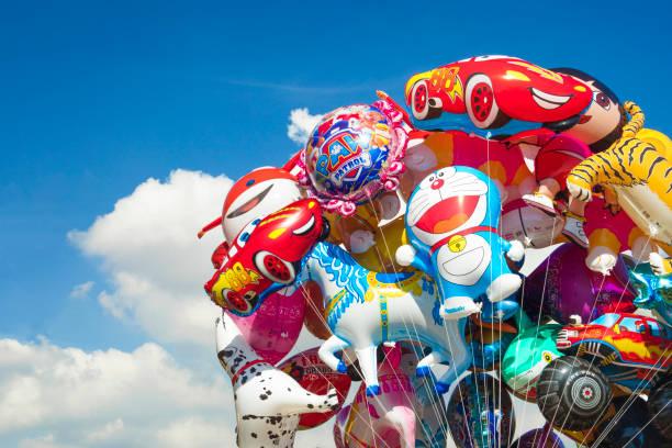 detail des ballons der beliebten cartoons, die kindern in parks und spielplätze verkauft werden - disney dekorationen stock-fotos und bilder