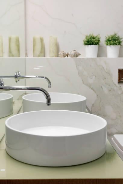 Detalle del interior del baño con dos lavabos blancos - foto de stock