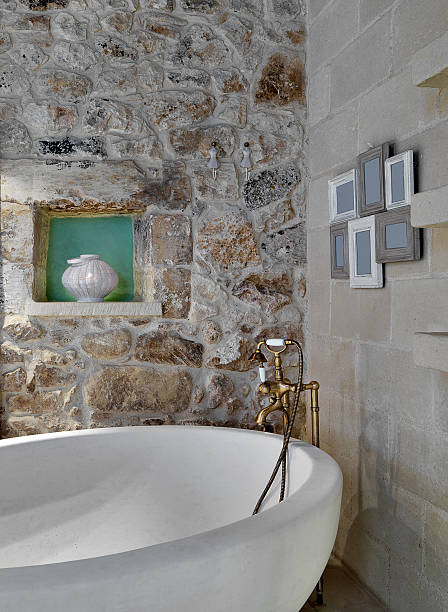 detail der badewanne in einer rustikalen badezimmer - badezimmer rustikal stock-fotos und bilder