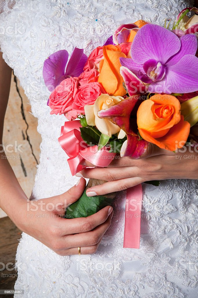 Detail of Beautiful Bride's Flower Bouquet and Hands foto royalty-free