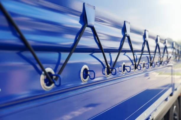 Detail der blauen Plane auf dem LKW-Anhänger – Foto