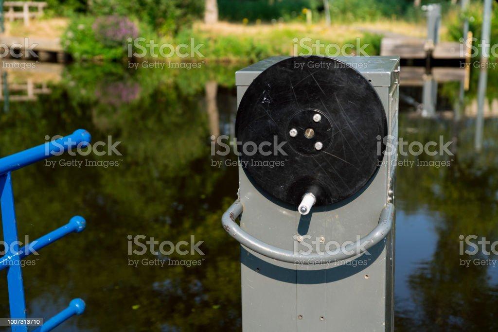 detail van de boot, reflceciton in water, houten brug weerspiegeling in het water, in het natuurpark Bossche Broek in Den Bosch is Hertogenbosch, Nederland foto