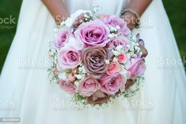 Detail of bride holding bridal bouquet picture id652338094?b=1&k=6&m=652338094&s=612x612&h=xns ai1g1escbyioqxw5zekdc7gv3u3ioa0rfcobepq=