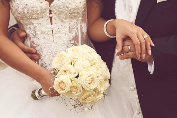 szczegóły panna młoda jest róż bukiet i ręce trzymając - panna młoda zdjęcia i obrazy z banku zdjęć