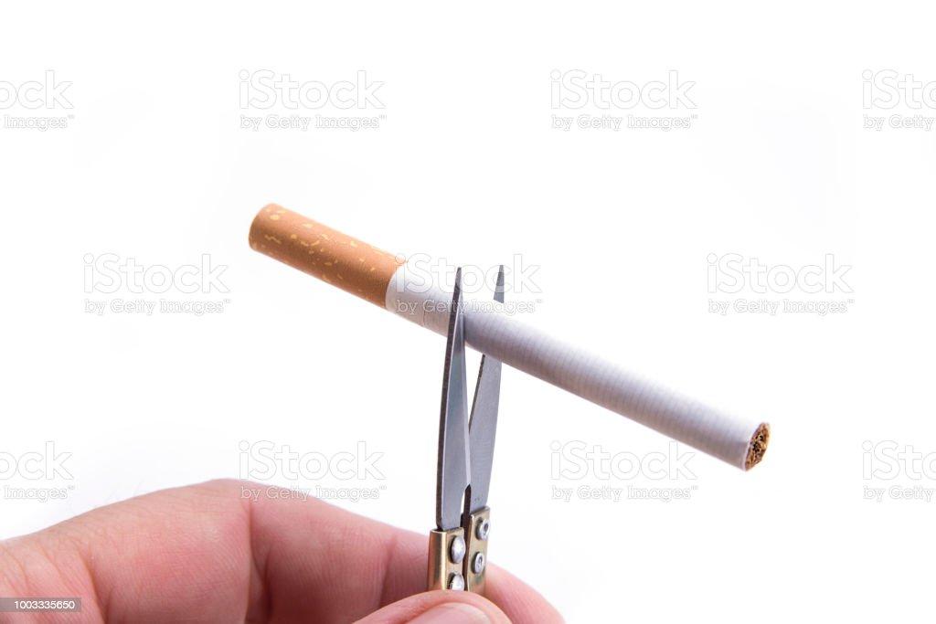 Détail des cigarettes coupe avec des ciseaux à main. Arrêter la notion de tabagisme - Photo