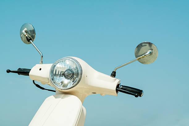 détail de scooter avec lampe de poche et en guidon de vélo contre sk - moped photos et images de collection