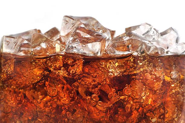 detail des kalten sekt mit einem besonderen gasgemisch angereicherter getränk mit eis - alkoholfreies getränk stock-fotos und bilder