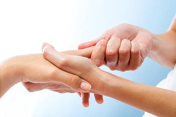 detail der heilenden handmassage. - chiropraktik wellness stock-fotos und bilder