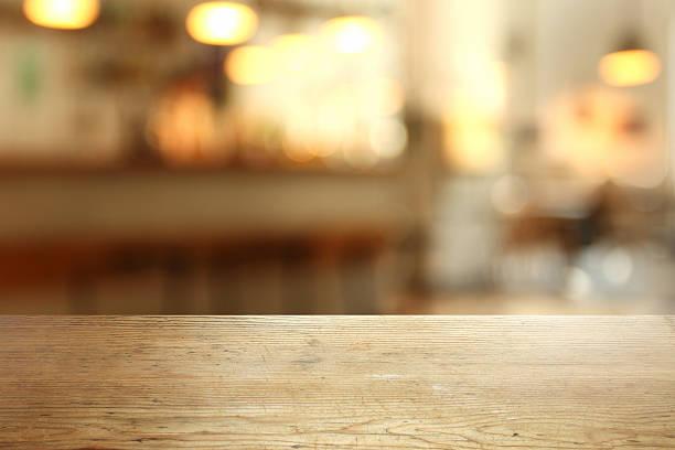 Detail der leere Tabelle in einer cafeteria, unscharf im Hintergrund – Foto