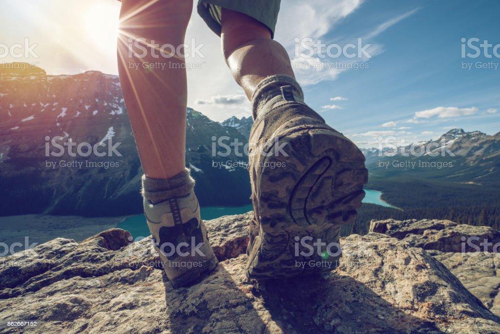 Detail der Wanderer auf Bergrücken, nahe bis auf Wanderschuhe – Foto