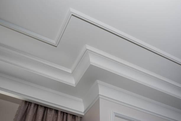 detail of intricate corner crown molding.  a detail of corner ceiling. - sztukateria zdjęcia i obrazy z banku zdjęć