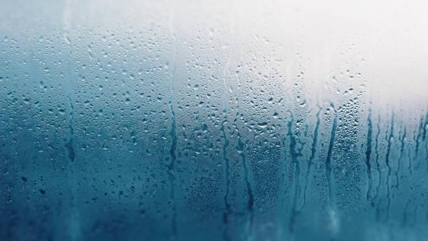 detail van vocht condensatieproblemen, warm waterdamp gecondenseerd op het koude glas close-up - luchtvochtigheid stockfoto's en -beelden