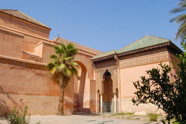detail van de marokkaanse architectuur - karavanserai stockfoto's en -beelden