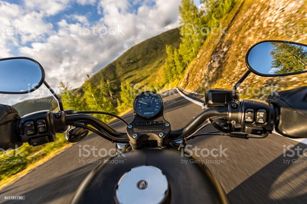 Detail des Motorrad-Lenker. Outdoor-Fotografie, Alpine Landschaft. – Foto