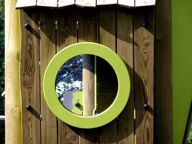 detail der spielplatz im grünen mit holzstruktur - spielplatz design stock-fotos und bilder