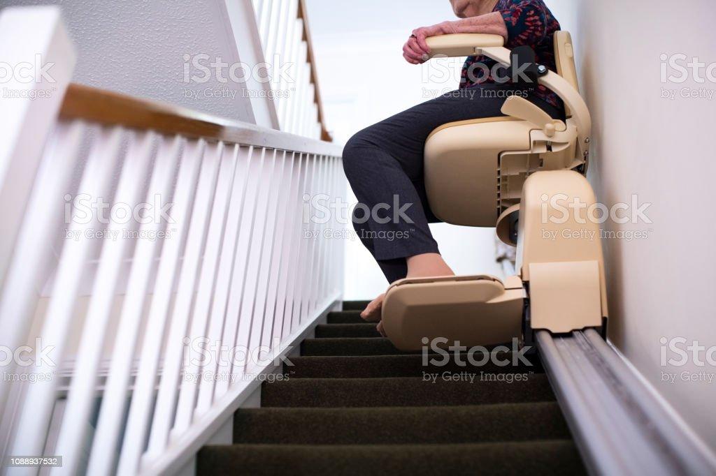 Detail der Senior Woman Sitting On Treppenlift zu Hause zu helfen, Mobilität – Foto