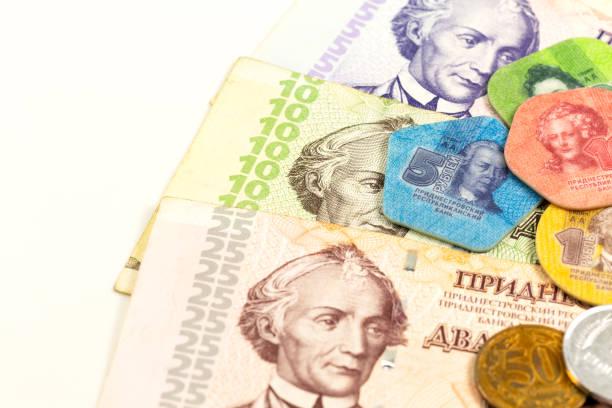 Detail einiger transnistrischer Rubel-Banknoten und Münzen, die auf wachsende Wirtschaftlichkeit mit Kopierraum auf der linken Seite hinweisen – Foto