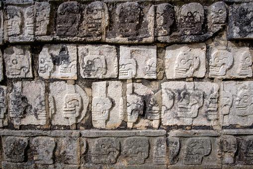 ディテールの石の彫刻で有名な遺跡チチェンて - エルカスティージョのストックフォトや画像を多数ご用意