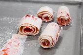 イチゴの詳細は、コールド プレートにアイスクリームをロールバックされます。