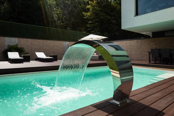 Detail der Swimming Pool mit Springbrunnen in modernen Villa. – Foto