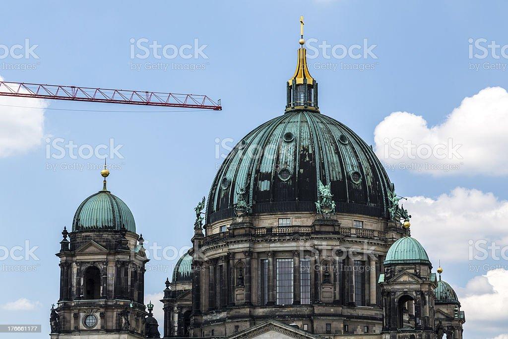Detalle de la catedral de la construcción con la grúa foto de stock libre de derechos